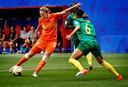 Vivianne Miedema haalt uit voor de 3-1 tegen Kameroen.