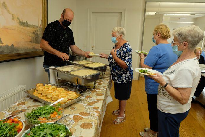 26 eters genoten woensdagmiddag voor het eerst sinds lang van een warme maaltijd in het dorpshuis van Walem.