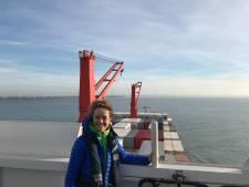 Annick De Ridder (N-VA) maakt droom waar op 'Ronde van de Haven': met loodsen mee containerschip op