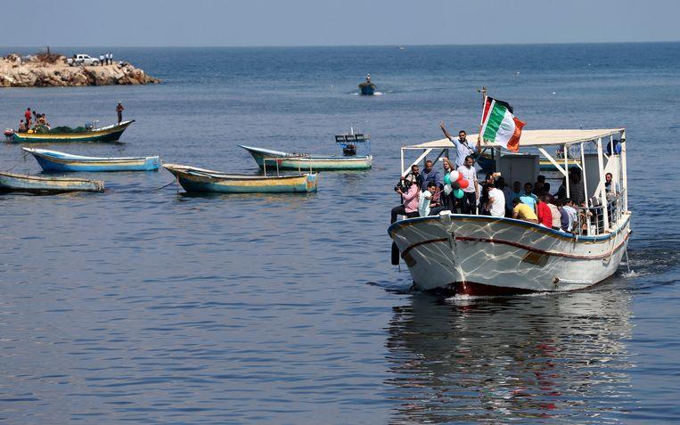 Palestijnen tijdens een solidariteitsactie met de internationale groep vrouwelijke activisten die de blokkade proberen te doorbreken. Beeld REUTERS