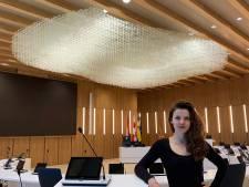 Textielkunstenares Fransje Gimbrère maakte kunstwerk voor nieuwe raadszaal, 'Daar waar ideeën ontstaan'