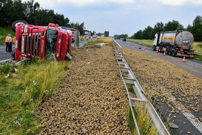 Une grande partie du chargement de pommes de terre s'est déversée sur la E403 en direction de Bruges, créant ainsi des embouteillages dans les deux sens.