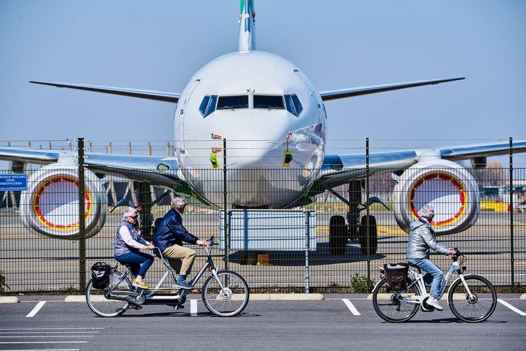Op Schiphol-Oost trekken geparkeerde vliegtuigen bekijks. Zodra vakantielanden toegankelijk worden kiezen de Boeings het luchtruim. Beeld Hollandse Hoogte / Nico Garstman
