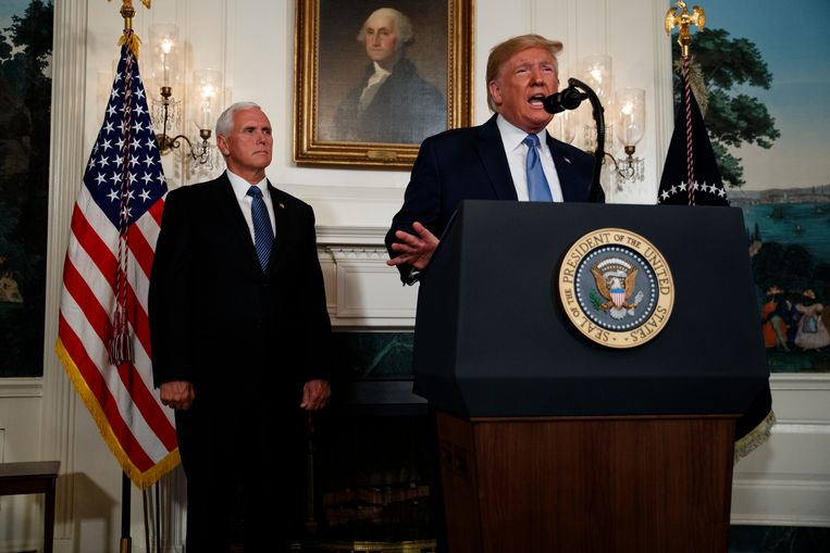Vicepresident Mike Pence luistert als president Trump een verklaring aflegt over de schietpartijen in El Paso en Dayton. Beeld AP