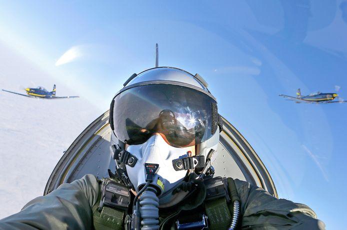 Luchtmachtvlieger in een Piliatuis PC-7- lestoestel.