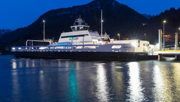 De Ampere, de eerste grote geheel elektrische veerboot ter wereld, vaart 34 keer per dag over de Sognefjord. Beeld Siemens