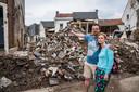 Madeline Halleux en haar man Paul Brasseur, in hun zwaar gehavende straat in Pepinster, wijzend naar het dak waar ze donderdag 15 juli met twee van hun kinderen en met andere slachtoffers van de ramp tien uur lang vastzaten.