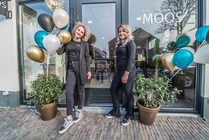 Sanne Moor (links) en Lisanne van Oosten (rechts) van Hairstudio Moos in Den Hoorn.