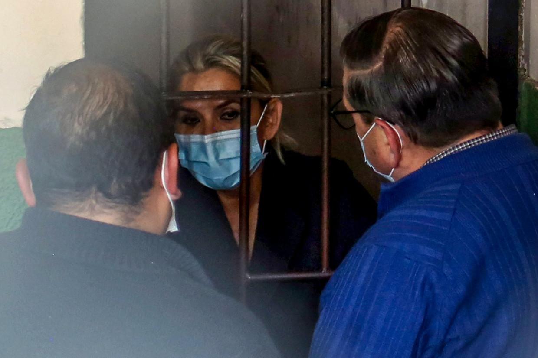Voormalig interim-president Jeanine Añez praat vanuit haar cel met haar advocaten. Beeld AFP