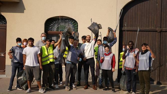 """Staatssecretaris Sammy Mahdi en bewoners asielcentrum Zoutleeuw rapen zwerfvuil op World Cleanup Day: """"Het is mooi om te zien dat iedereen zijn steentje wil bijdragen tot een mooie en duurzame wereld"""""""