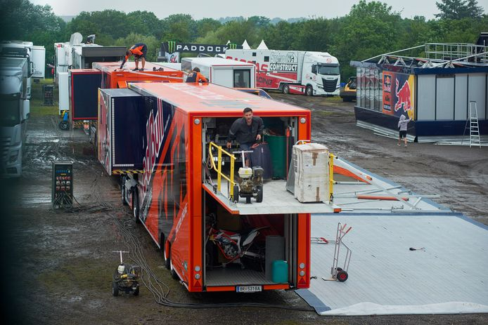 De opbouw MXGP Motorcross op circuit De Witte Ruijsheuvel in Oss is in volle gang.