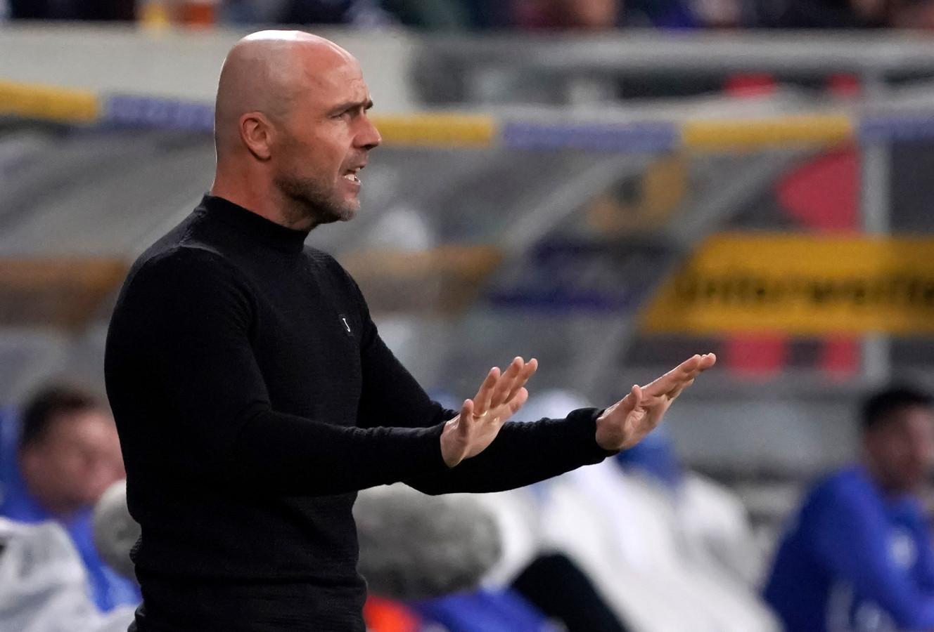 Schreuder geeft zijn spelers aanwijzingen in het duel met Schalke 04.