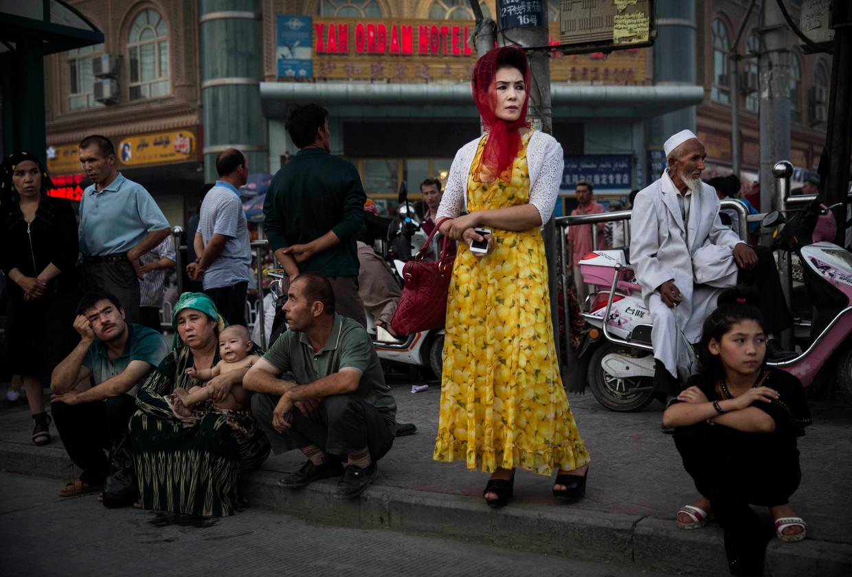 Archiefbeeld uit 2014 van Oeigoeren in Kashgar, een jaar voor Peking begon met het opsluiten van de etnische minderheid  Beeld Getty Images