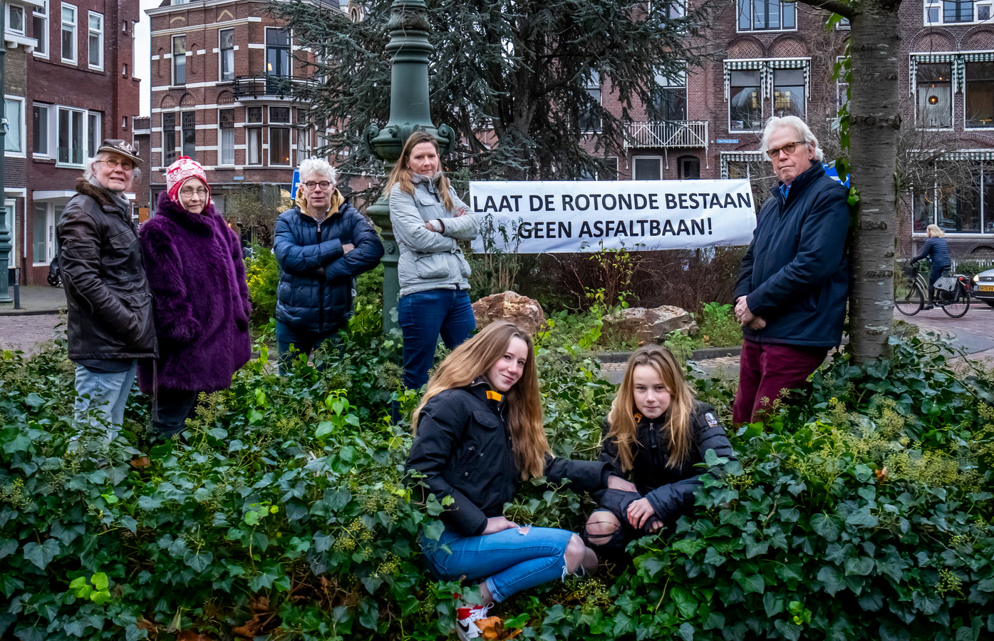 Bewoners van de Weerdsingel Oostzijde protesteren al langer tegen vervanging van de klinkers door rood asfalt.