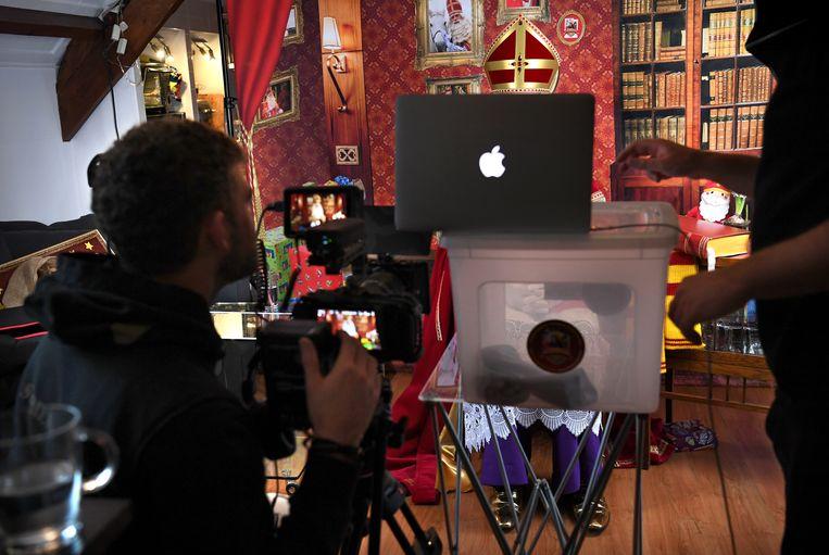 Sinterklaas laat persoonlijke filmpjes opnemen voor de kinderen, omdat hij vanwege corona niet op pad kan.  Beeld Marcel van den Bergh / de Volkskrant