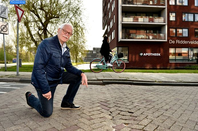 Ries van Kersbergen uit Gouda klaagt over verzakkingen en onaangekondigde verkeersdrempels.