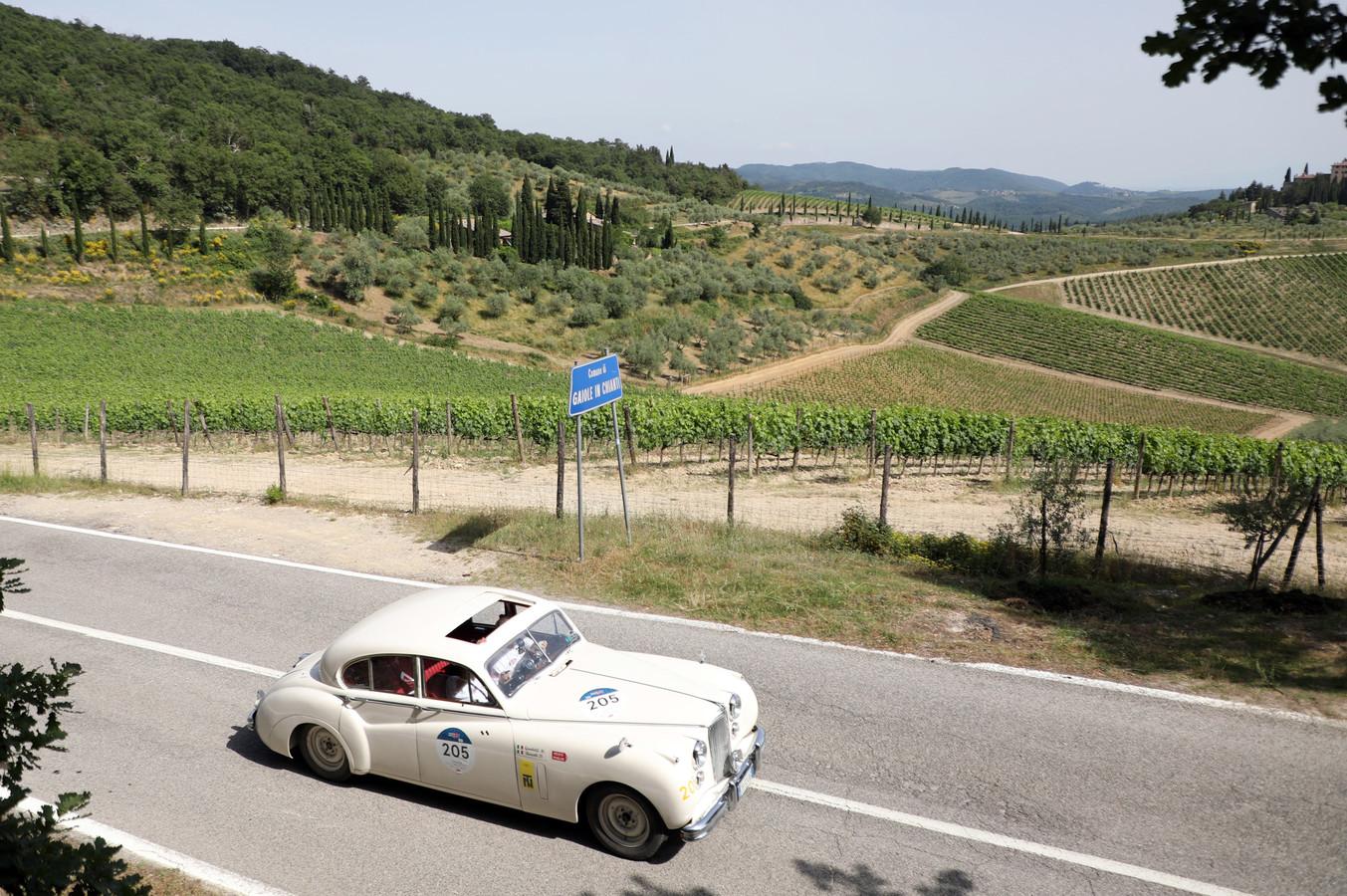 Een Jaguar Mark VII uit 1952 drives doorkruist de Chianti-streek, bekend van de gelijknamige wijn