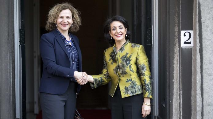 Voorzitter van de Tweede Kamer, Khadija Arib (rechts) ontvangt Edith Schippers om kennis te maken en de opdracht om te zetten in concrete afspraken. Schippers is aangewezen als verkenner voor de kabinetsformatie.