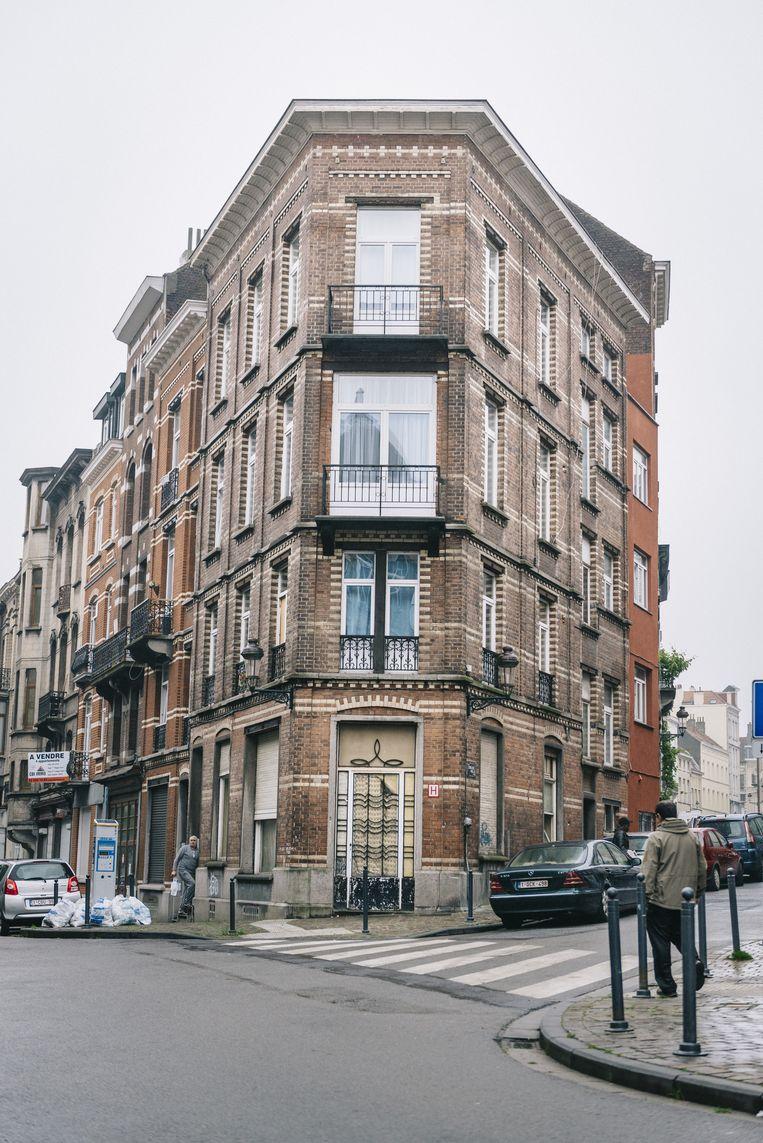 Het hoekhuis in de Henri Bergéstraat in Schaarbeek, waar Fernando Castillo (een schuilnaam van Bakkali) de derde verdieping afhuurde. Beeld © Illias Teirlinck