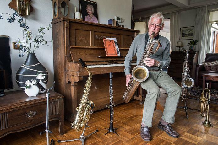 De 80-jarige Rino van Overbeek mag dan door corona niet meer optreden met de Young Stage Band, in zijn woonkamer speelt hij elke dag op de sax.