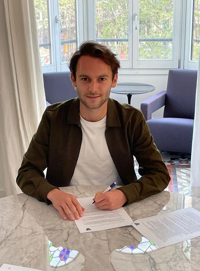 Rolf Diederen tekent een contract bij NMHC.