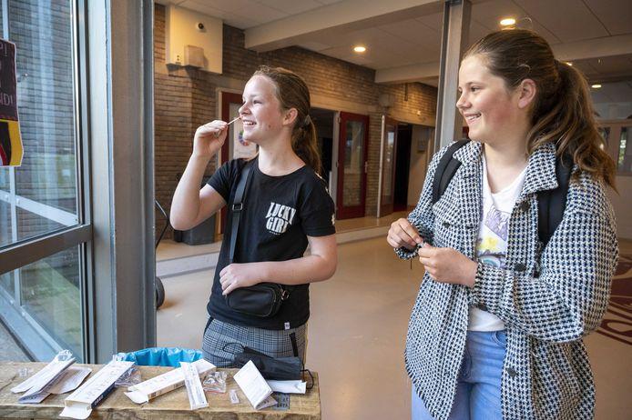 Scholieren voeren een zelftest uit. Ook in Almelo zijn bij scholen duizenden tests binnengekomen.