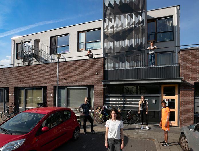 Janneke Vermulst (voorgrond) met medebewoners  die last hebben van de hitte in complex Joep aan het Sint Rochushofje in Eindhoven.