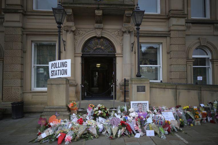 Bloemen bij het stembureau Batley Town Hall ter nagedachtenis aan het vorige week vermoorde parlementslid Jo Cox. Beeld getty