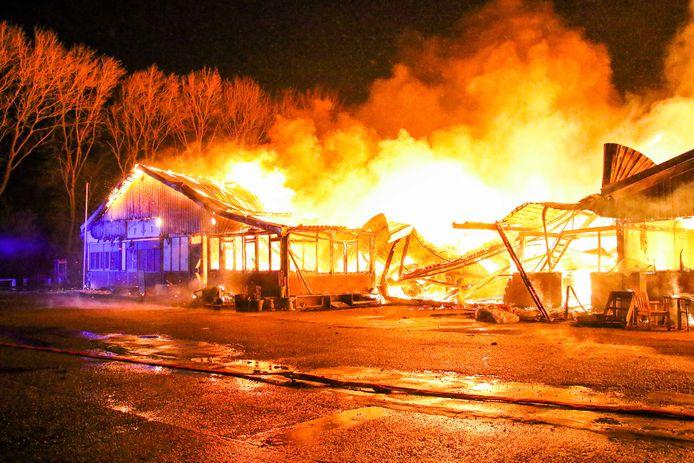 Naast hout gingen in de nacht van 4 mei ook heel veel bijbels in vlammen op in Zuidland.