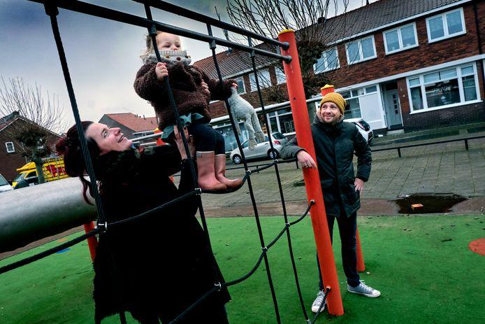 Marlies en haar gezin bij het speelplaatsje op het Sweelinckplein.