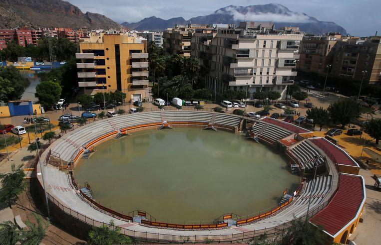 De arena voor stierengevechten in Orihuela is ook getroffen door de overstromingen.  Beeld REUTERS