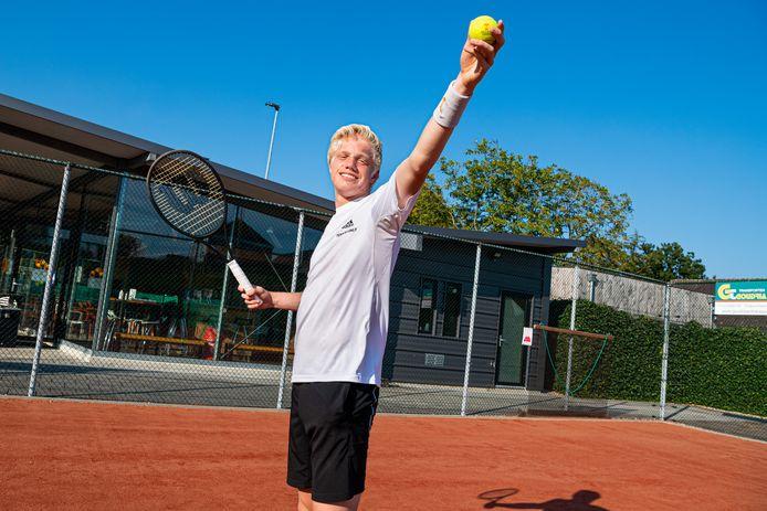 Lars Wagenaar (16) uit Bergambacht is in zijn leeftijdscategorie Nederlands kampioen tennis in het enkelspel en dubbelspel.
