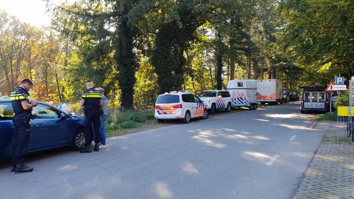 Met politiepaarden en -honden wordt gezocht naar een vermiste persoon in Ede.