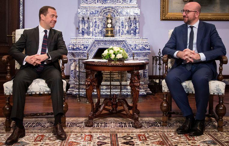 ► Het gesprek tussen Michel en Medvedev verliep gemoedelijk. Nochtans had  de Russische premier net vernomen dat de VS sancties tegen hem persoonlijk  overwegen. Beeld Photo News