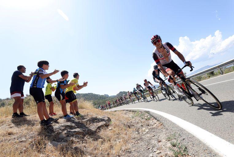 Met open shirt  koersen de renners in de zevende etappe van de Vuelta langs  een handvol toeschouwers dat de hitte trotseert voor een glimp van hun helden. Beeld EPA