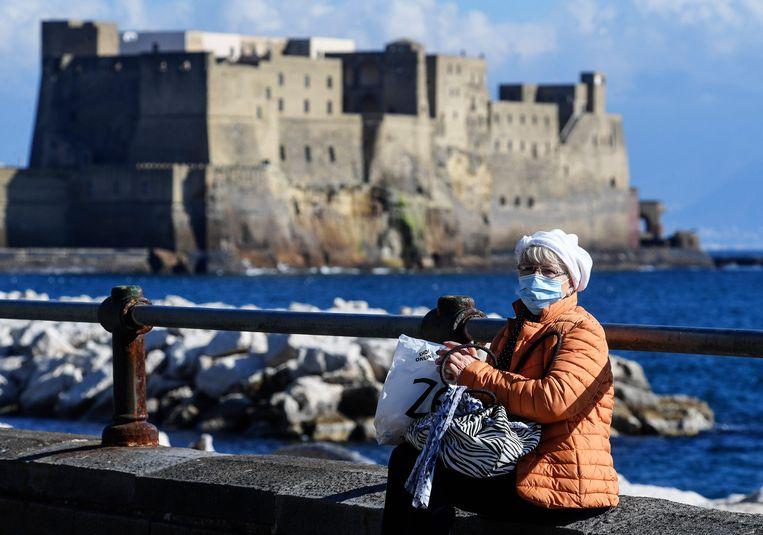 """""""Italië is een land vol oude mensen, dat moet de reden zijn waarom we hier meer zware gevallen zien"""", aldus Massimo Galli, hoofd infectieziekten in het ziekenhuis van Milaan. Beeld Photo News"""