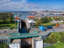 Scheepvaart op Urk kan sluis en brug niet passeren vanwege grote brand