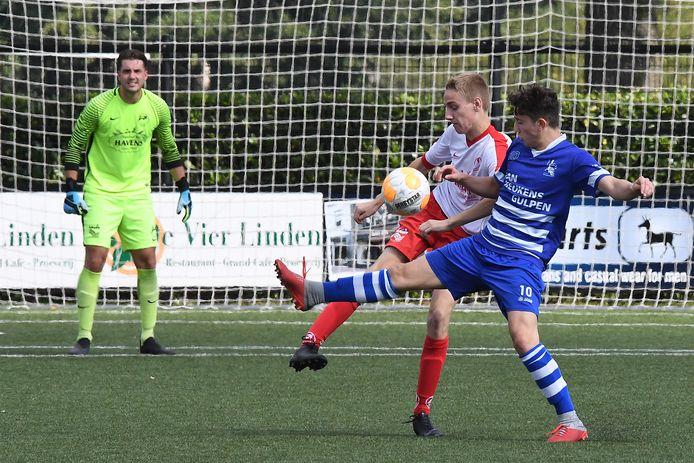 Gerben Wieleman kijkt als keeper van Volharding toe.
