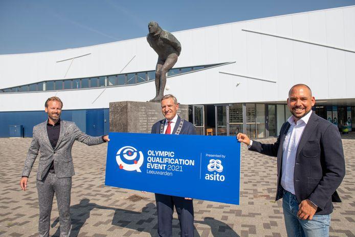 Vlnr: Klaas Siderius (directeur Elfstedenhal), burgemeester Sybrand Buma van Leeuwarden en Norberth Korsmit (organisator Triple Double).