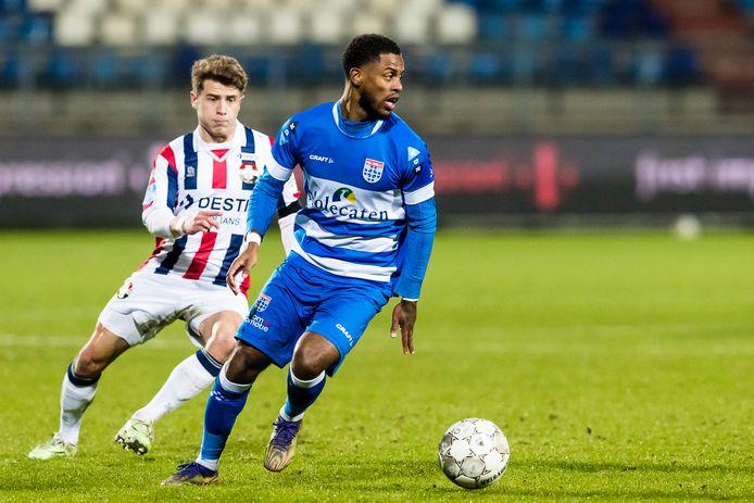 PEC-verdediger Kenneth Paal (rechts) keert na een afwezigheid van drie weken terug in de selectie van de Zwollenaren. Het is alleen nog twijfelachtig of de linksback zaterdag ook direct tegen FC Groningen in de basis begint.