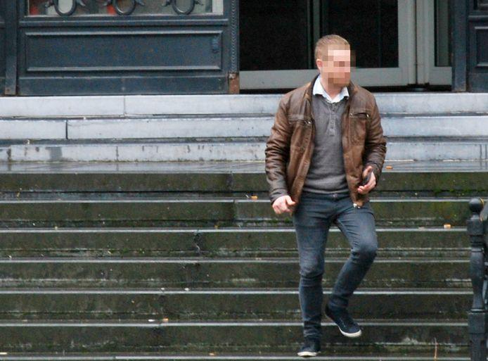 De beklaagde bij het verlaten van de rechtbank.