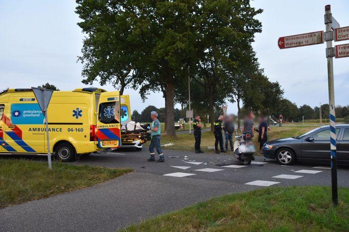 De bestuurder van de scooter werd door de ambulance naar het ziekenhuis gebracht.