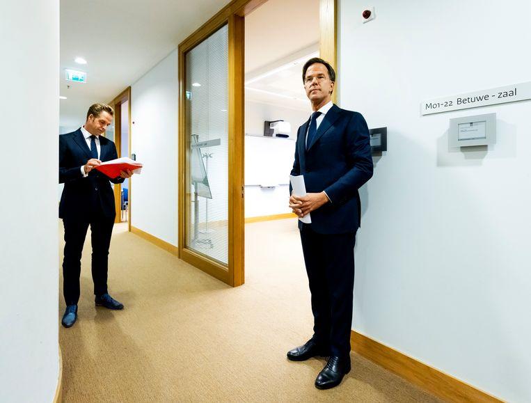 Premier Mark Rutte en minister Hugo de Jonge (Volksgezondheid, Welzijn en Sport) voorafgaand aan de persconferentie. Beeld Hollandse Hoogte /  ANP