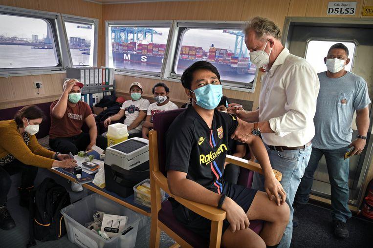 Vaccinatie van zeevarenden tegen covid op containerschip Seatrade Blue.  Beeld Marcel van den Bergh