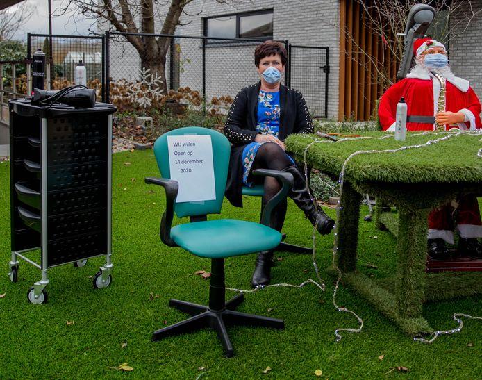 Negen kappers, waaronder Carina, zetten ook in Begijnendijk hun kappersstoel buiten en vragen alsnog open te mogen doen op 14 december.