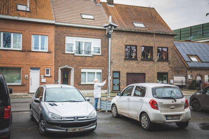 Een buurtbewoner probeert de QR-code op de camera in de Robert Rinskopflaan in Gentbrugge te scannen, maar veel wijzer zal ze daar niet uit worden. Je komt terecht op een site van de stad Utrecht.