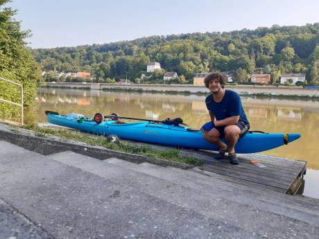 Sjarel dobbert met zijn kano tussen de riviercruisers en vrachtschepen op de Donau, op weg naar de Zwarte Zee