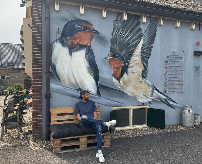 Joost Zwanenburg voor zijn muurschildering.