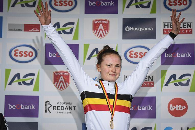 Marthe Truyen in haar Belgische driekleur op het podium