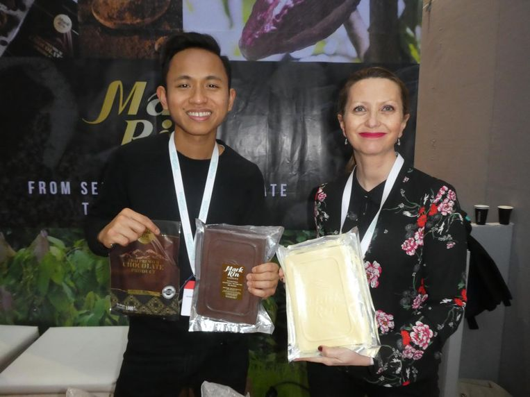 Sirapop La-on en Elodie Attia van Mark Rin Chocolate uit Thailand, alleen handig eetbaar als gruis. Beeld Hans van der Beek